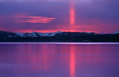 Красно-фиолетовый солнечный столб